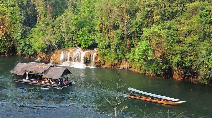 Лодка плывет по реке