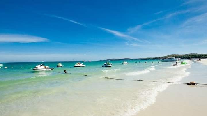 Голубая лагуна или военный пляж