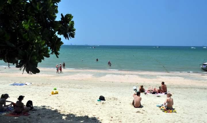 Белый песок пляжа