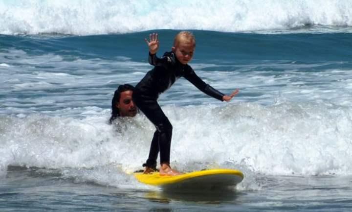 Ребенок учится серфить