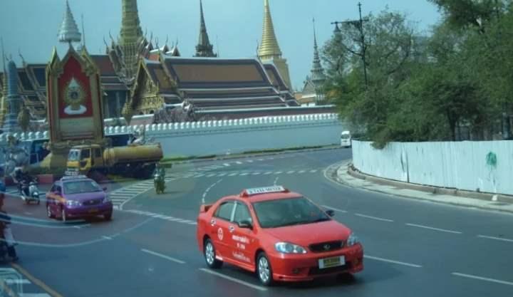 Красный автомобиль на дороге