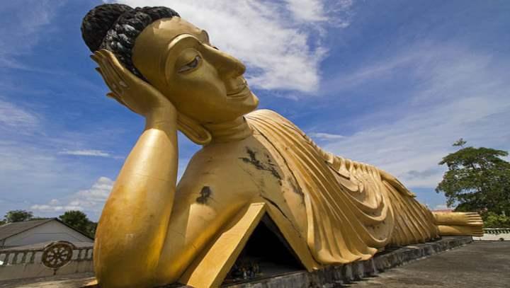 Золотой огромный будда