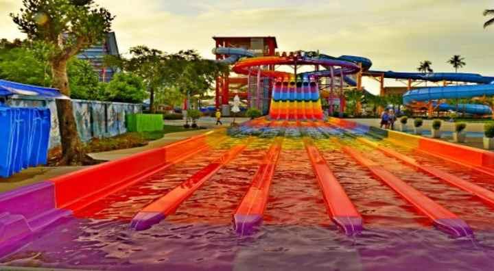 Владения аквапарка разделены с территорией гостиничного комплекса витиеватой «речкой» с искусственно созданным течением