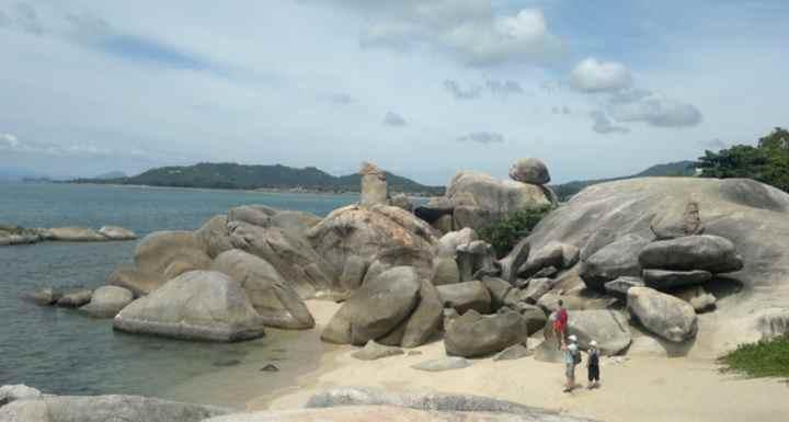 На южной части пляжа Ламаи есть неоднозначный «памятник»,