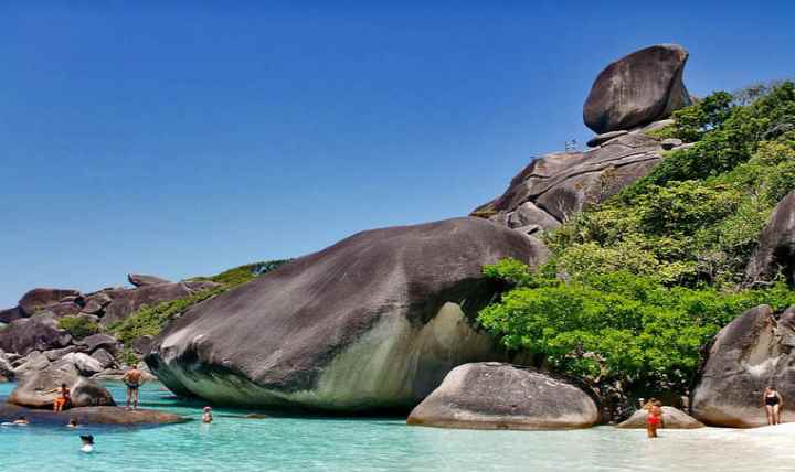 Камни в форме кита