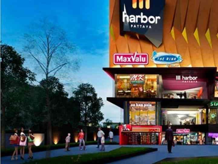 Открыт после перестройки и доработки самого первого крупного торгового центра в Паттайи